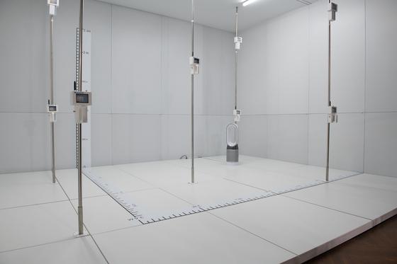 폴라테스트 실험실 실물 모형. 기존 CADR 테스트에 비해 면적을 넓히고, 공기청정기를 방 한쪽에 세워 둔 후 방 안 9개 센서에서 공기 흐름을 모니터링한다. 공기 청정기를 사용하는 실제 가정 환경 조건을 최대한 반영한다는 설명이다. [사진 다이슨]