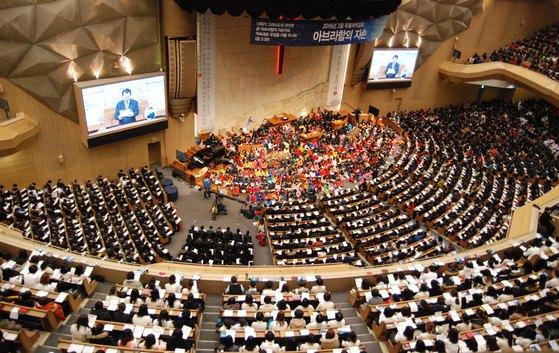 교단 헌법에 세습 금지 조항이 있음에도 불구하고 교회 세습을 강행한 서울 송파구의 명성교회.[중앙포토]