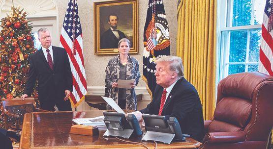 트럼프 대통령이 지난해 12월24일(현지시간) 자신의 트위터에 올린 사진입니다. 스티븐 비건 대북정책특별대표, 앨리슨 후커 백악관 국가안보회의(NSC) 보좌관에게 북한 관련 보고를 받는 장면이네요. [트위터 캡처]