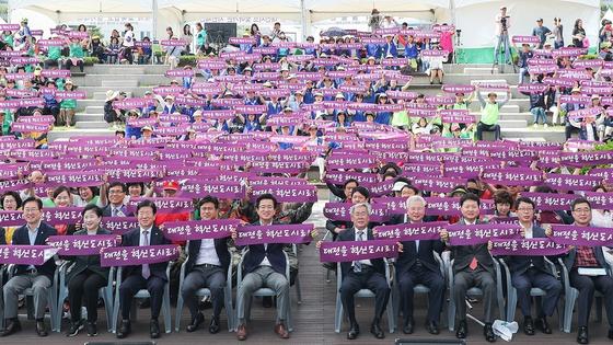 최근 대전시청 광장에서 열린 대전엔지오한마당 행사에서 허태정 시장(가운데)과 시민이 손 플래카드를 들고 혁신도시 지정을 요구하고 있다. [사진 대전시]