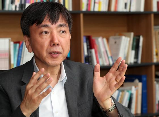 """이재민 교수는 일본 정부의 경제제재에 대해 '정치 외교적 갈등이 통상 갈등으로 표출된 게 본질"""" 이라며 '통상의 틀로 드러난 이상 WTO를 활용하지 않을 수 없다""""고 말했다. [최정동 기자]"""