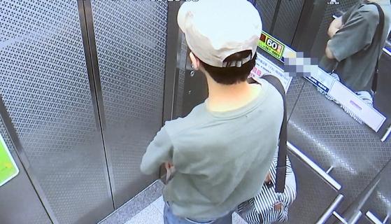7일 광주 북부경찰서는 두 살배기 유아를 인질로 잡고 금품을 강탈한 3인조 강도를 일망타진했다고 밝혔다. 사진은 지난 4일 광주 북구의 한 아파트에 진입하는 공범의 모습. [연합뉴스]