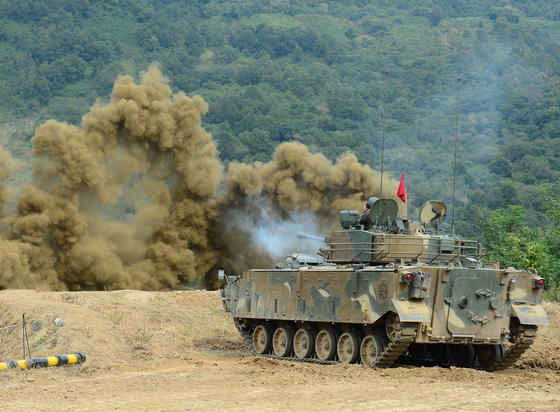 육군 기동, 화력 성능 시범 훈련에서 K2전차가 연막탄을 터트리고 있는 모습. 사진은 기사 내용과 관련이 없습니다. [중앙포토]
