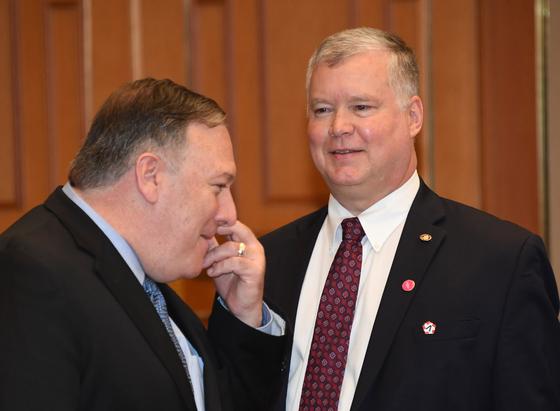 마이크 폼페이오(왼쪽) 미 국무부 장관과 스티븐 비건 대표. [청와대사진기자단]