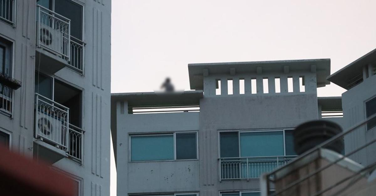 8일 오후 경남 거제시 옥포동 한 주상복합아파트 옥상에서 A씨(45)씨 경찰과 대치하고 있다. [연합뉴스]