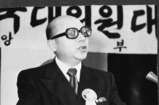 최덕신 씨가 1971년 천도교 전국대의원대회에서 연설을 하고 있다. [중앙포토]