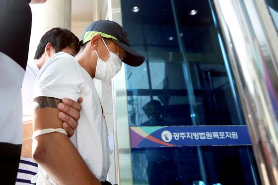 베트남인 아내를 폭행한 남편 B씨가 8일 광주지법 목포지원 영장실질심사에 출석하고 있다. [연합뉴스]