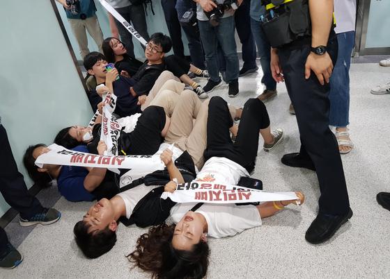 한국대학생진보연합 소속 대학생들이 9일 오후 서울 중구 신일빌딩 내 미쯔비시(MHI) 컴프레셔 한국영업소 앞에서 강제징용에 대한 사과를 요구하며 경찰과 대치하고 있다. [뉴스1]