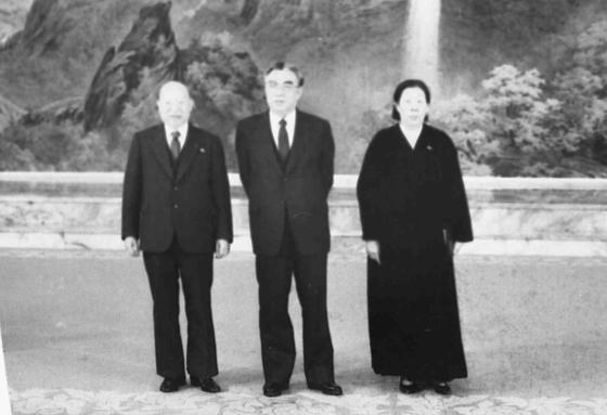 최덕신 씨와 부인 류미영 씨가 북한에서 김일성 주석을 만나 기념촬영을 하고 있다. [중앙포토]