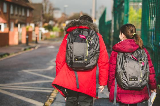 런던 시내 초등학생들은 등하굣길에서 얼마나 나쁜 공기를 마시고 있을까. 다이슨은 초소형 공기 질 모니터링 센서가 부착된 배낭을 개발해 '런던 공기 질 개선 프로젝트'에 참여했다. [사진 다이슨]