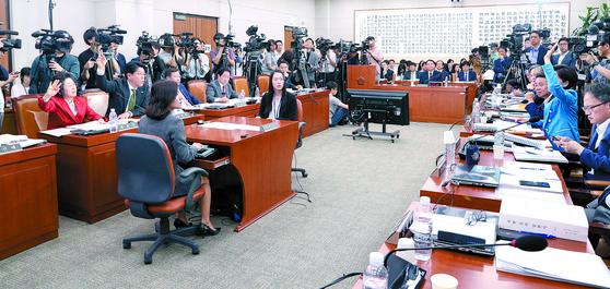 윤석열 검찰총장 후보자의 인사청문회가 8일 국회 법제사법위원회 전체회의장에서 열렸다. 사진은 여야 의원들이 설전을 벌이는 모습. 임현동 기자