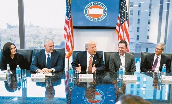 도널드 트럼프 미국 대통령(가운데)이 지난 2017년 1월 대통령 당선 직후 미국 IT기업 CEO를 뉴욕에서 만나 환담하고 있다. 사진 왼쪽부터 셰릴 샌드버그 페이스북 COO, 마이크 펜스 부통령, 트럼프 대통령, 피터 틸 페이팔 창업자, 팀 쿡 애플 CEO. [중앙포토]