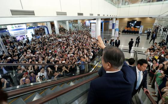 문재인 대통령이 5일 오후 대전 유성구 대전컨벤션센터에서 열린 '제2회 대한민국 사회적경제 박람회'에서 모여든 시민들을 향해 손을 들어 인사하고 있다. 청와대사진기자단