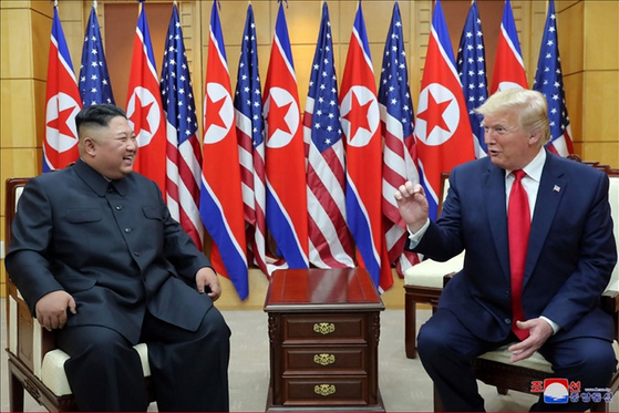김정은 북한 국무위원장과 도널드 트럼프 미국 대통령이 6월 30일 판문점에서 만났다고 조선중앙통신이 1일 보도했다. [연합뉴스]
