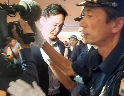 이재용 삼성전자 부회장이 일본의 반도체 핵심소재 수출규제 대응방안을 모색하기 위해 지난 7일 일본 하네다공항에 도착하고 있다. [연합뉴스]