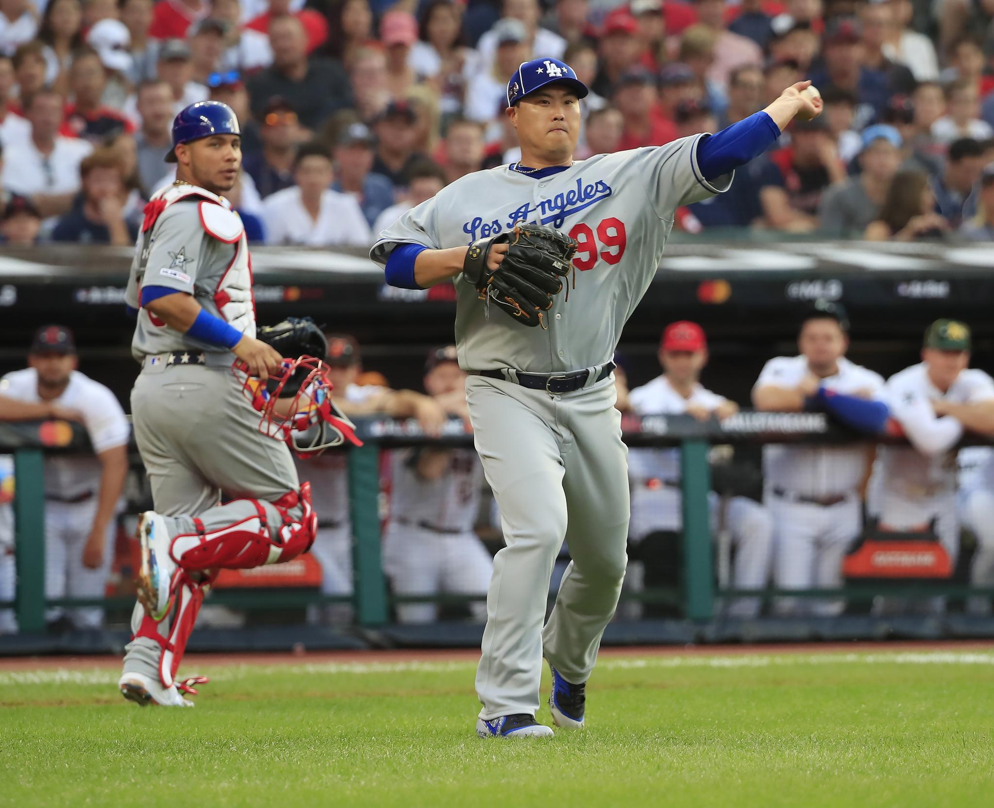 류현진이 1회말 두번째 타자 DJ 르메이유(뉴욕 양키스)에게 전매특허인 체인지업을 던져 투수 앞 땅볼을 유도, 1루로 던져 아웃시키고 있다. [EPA=연합뉴스]