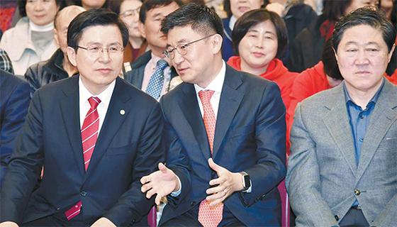 여의도 연구원장을 맡은 김세연 의원(가운데)과 환담 중인 황교안 대표(왼쪽). 황 대표는 친박계가 김 의원의 연구원장 사퇴를 유도하자 박맹우 사무총장과 논의 끝에 '없던 일'로 만든 것으로 알려졌다. 오른쪽은 친박 중진 유기준 의원. [뉴시스]