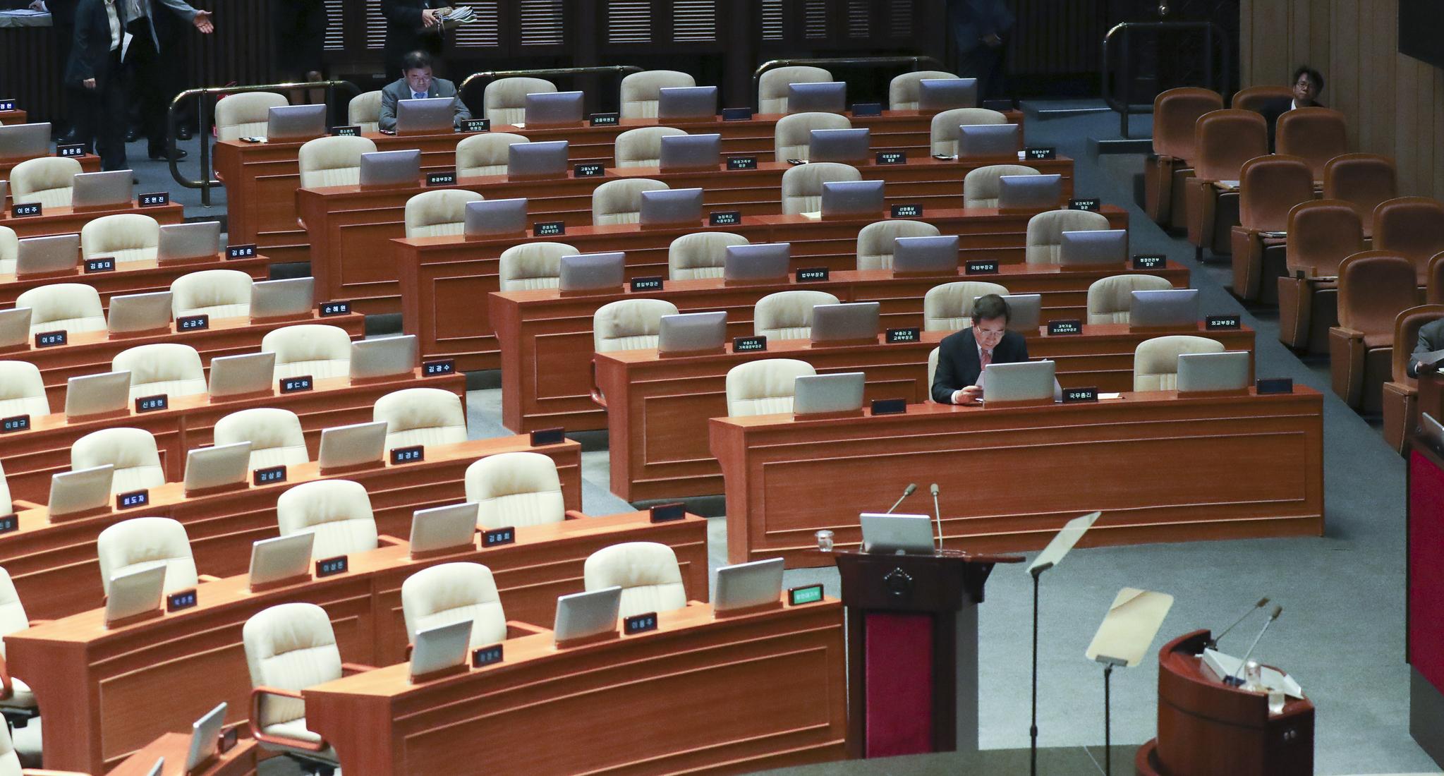 이낙연 국무총리(오른쪽 아래)가 10일 오후 국회 본회의장에서 경제 분야 대정부질문 전 자료를 살펴보고 있다. 임현동 기자