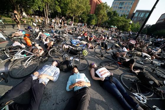 뉴욕 시민들이 9일(현지시간) 자전거와 함께 거리에 누워 자전거 주행자들을 보호해 줄것을 요구하는 '다이인' 시위를 벌이고 있다. 뉴욕에서 자전거 전용 도로가 꾸준히 늘고 있지만 차와 자전거의 교통사고는 줄지 않는 것으로 나타났다. [로이터=연합뉴스]