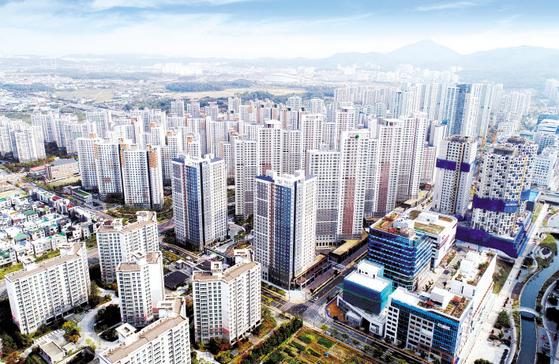 청라국제도시에 아파트와 오피스텔로 이뤄진 대규모 복합단지를 선보여 2019 친환경건설산업대상에서 국토교통부장관상을 수상한 아이에스동서의 청라 센트럴 에일린의 뜰 전경.