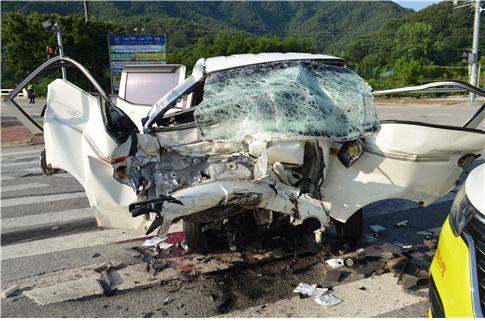 9일 오전 6시 44분쯤 전북 정읍시 칠보면 한 교차로에서 트럭끼리 충돌한 현장. 이 사고로 3명이 숨지고, 1명이 다쳤다. [사진 정읍경찰서]