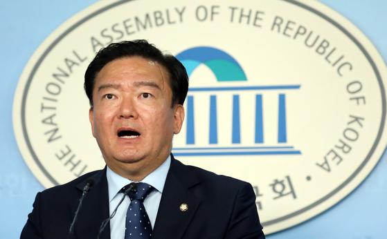 민경욱 자유한국당 대변인이 지난달 11일 서울 여의도 국회 정론관에서 현안 브리핑을 하고 있다. [뉴스1]