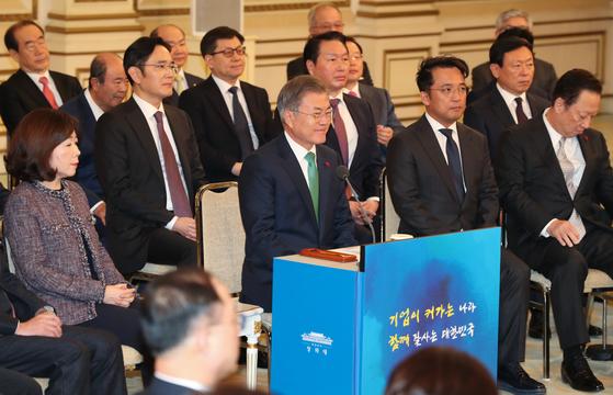 지난 1월 15일 청와대 영빈관에서 열린 '2019 기업인과의 대화'에서 문재인 대통령이 인사말을 하고 있다. [청와대사진기자단]