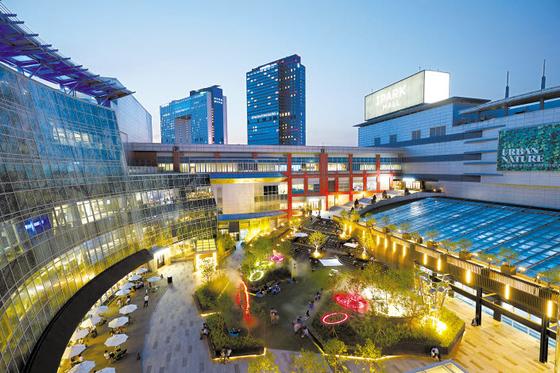 쇼핑몰에 친환경적인 힐링 공간을 도입한 HDC아이파크몰의 용산 아이파크몰에 마련된 '더 가든' 전경.