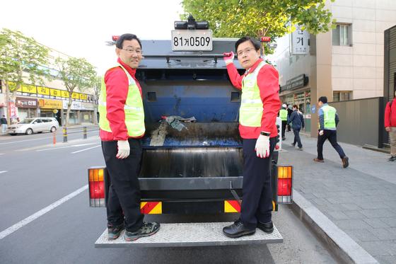 황교안 자유한국당 대표가 지난 5월 11일 오전 대구 수성구에서 주호영 의원과 쓰레기 수거 차량에 탑승해 이동하고 있다. [사진 자유한국당]