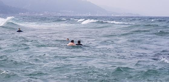 경북 포항 송라면 앞 바다. 바다에 빠진 사람들을 경찰관이 구하고 있다. [사진 송라면파출소 제공]