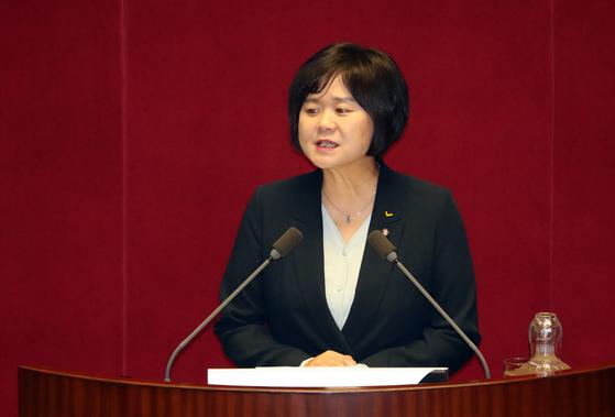 10일 오후 서울 여의도 국회에서 열린 본회의에서 이정미 정의당 대표가 비교섭단체 대표연설을 하고 있다. [뉴시스]