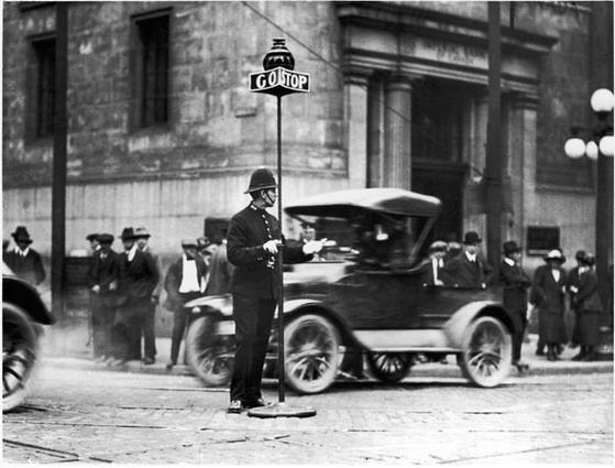 초기 신호등은 경찰관이 교통상황에 따라 수동으로 직접 조작했다.