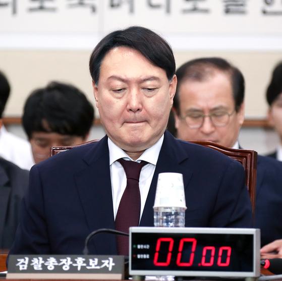 윤석열 검찰총장 후보자가 지난 8일 국회에서 열린 인사청문회에 출석해 회의 시작을 기다리고 있다.[중앙포토]