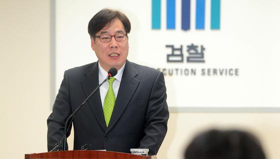 2017년 3월 윤대진 당시 부산지검 2차장 검사가 엘시티 비리 관련 기자회견을 하고 있다. 송봉근 기자