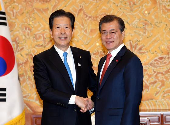 문재인 대통령이 2017년 11월 청와대에서 야마구치 일본 공명당 대표를 만나 악수하고 있다.[청와대사진기자단]