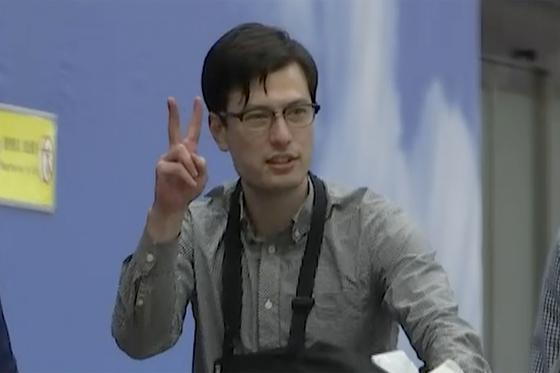 북한에 억류됐다 석방된 알렉 시글리가 지난 4일 베이징 공항에 나타난 모습. [AP=연합뉴스]