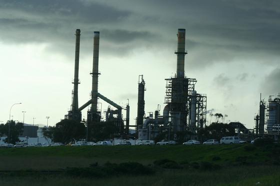 우리나라는 1996년 OECD에 가입하면서 PRTR 제도를 도입하여 화학물질의 유통량 및 배출량 조사를 법제화하였다. PRTR은 사업장 밖으로 이동된 화학물질의 종류, 양을 배출자가 정부에 보고하고, 정부는 그 결과를 공유하여 기업들의 자발적인 오염감소를 유도하는 제도이다. [사진 pxhere]