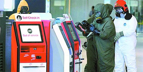 2017년 2월 김정남 암살에 쓰인 VX 잔류 가능성에 대비해 말레이시아 쿠알라룸푸르 공항에서 경찰 과 소방당국이 오염 제거 작업을 하고 있다. [쿠알라룸푸르=뉴시스]