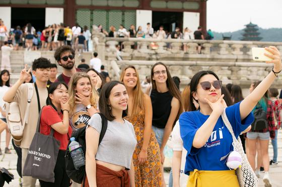 '2019 경동대 국제네트워킹 캠프'에 참가한 외국인 학생들이 지난 3일 경복궁에서 한국문화를 체험하고 있다. 캠프에서는 외국인 학생 111명과 경동대생 100명이 교육을 받고 있다. [사진 경동대]