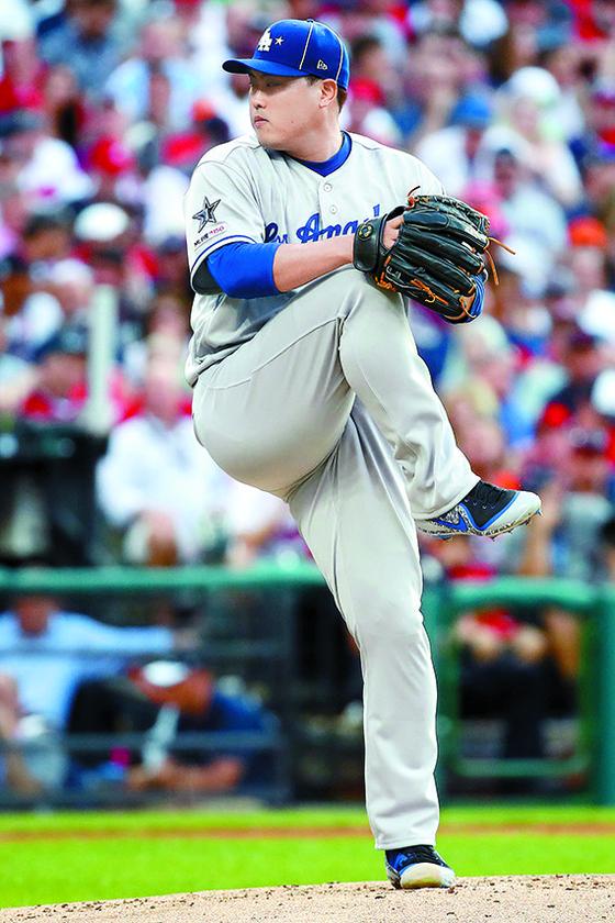 메이저리그 LA 다저스의 류현진이 올스타전에서도 호투했다. 내셔널리그 선발 투수로 등판한 그는 컷패스트볼, 체인지업, 커브 등을 구사하면서 에이스의 위용을 뽐냈다. [AFP=연합뉴스]