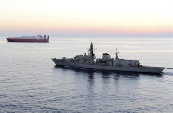 영국 해군의 소형구축함 몬트로즈'(Montrose) 함이 지난 2014년 2월 시리아 인근 키프로스 해안에서 선박을 호위하고 있는 모습. [AP=연합뉴스]