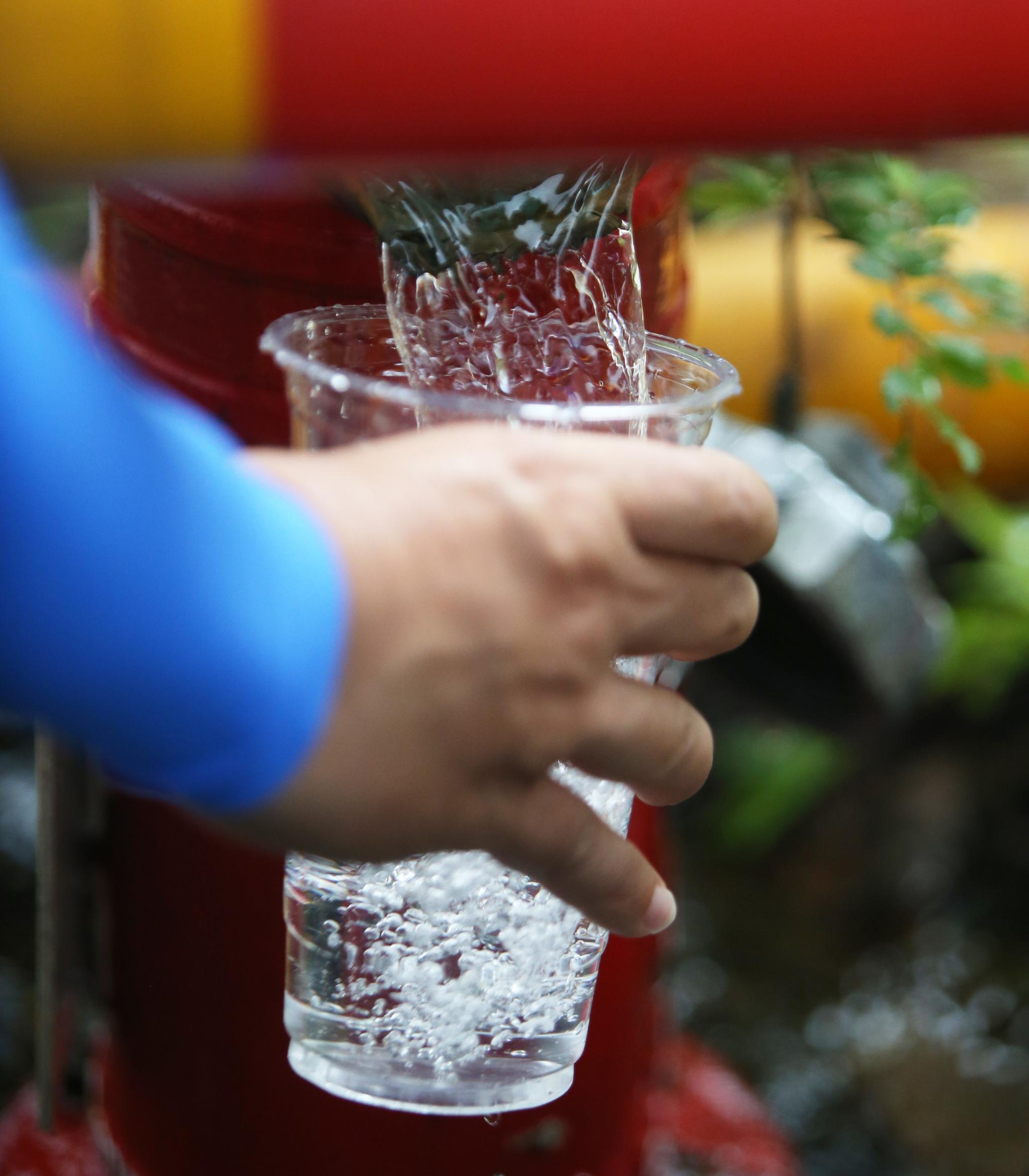 27일 오전 인천시 서구 청라동의 한 소화전에서 상수도사업본부 관계자들이 수돗물을 확인하고 있다. [뉴스1]