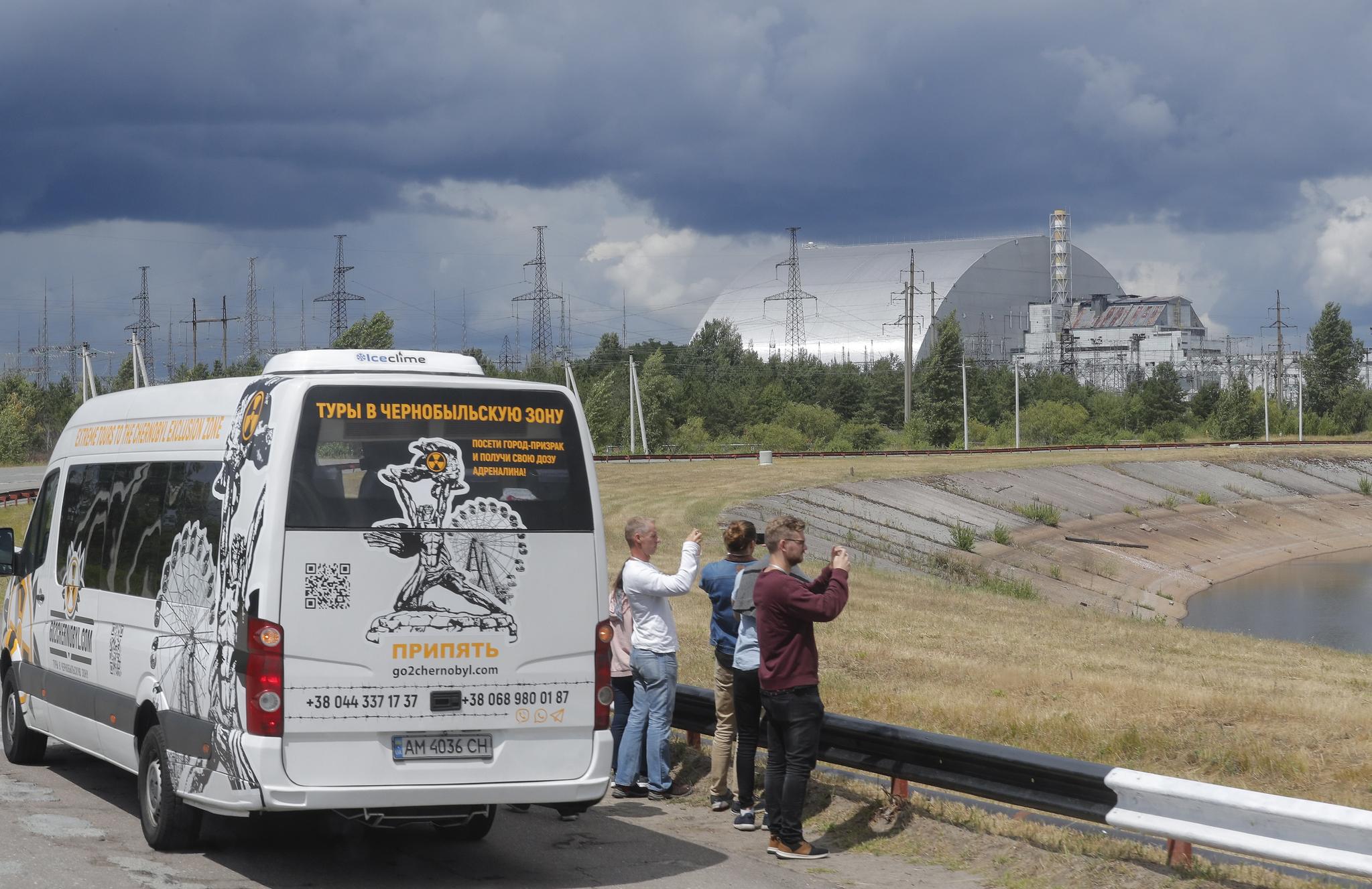 관광객들이 10일(현지시간) 체르노빌 원전 4호기 철제 방호 덮개를 촬영하고 있다. [EPA=연합뉴스]