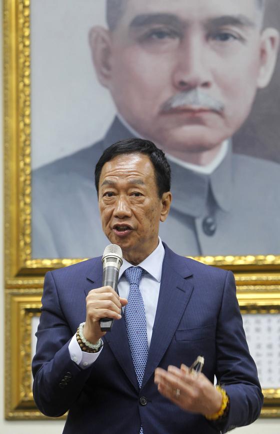 대만의 궈타이밍 훙하이 정밀공업 회장이 타이베이 국민당사에서 기자회견을 하고 있다. [AP=연합뉴스]