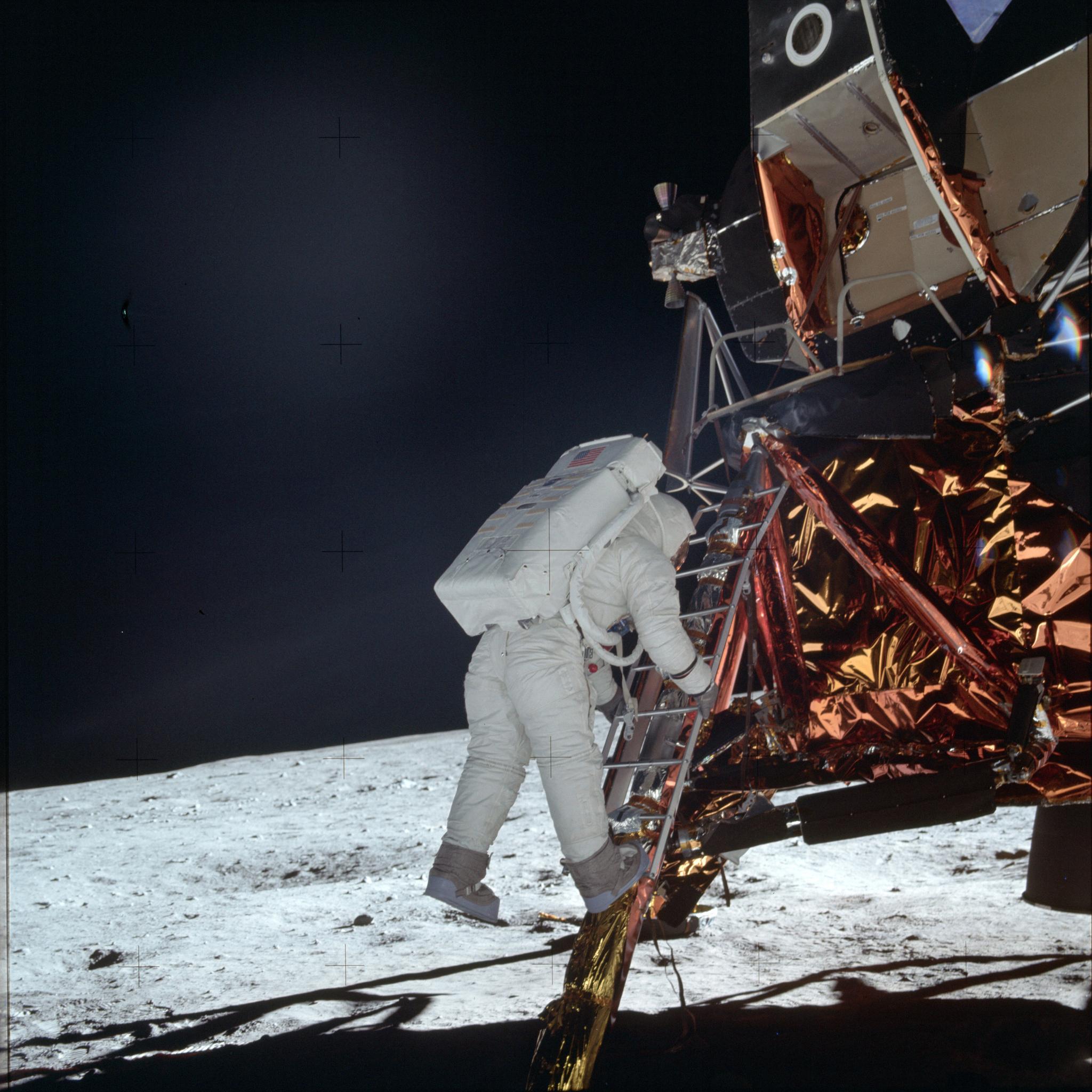 1969년 7월 20일 우주인 버즈 올드린이 달착륙선에서 사다리를 타고 달 표면으로 내려오고 있다. [NASA·AP=연합뉴스]