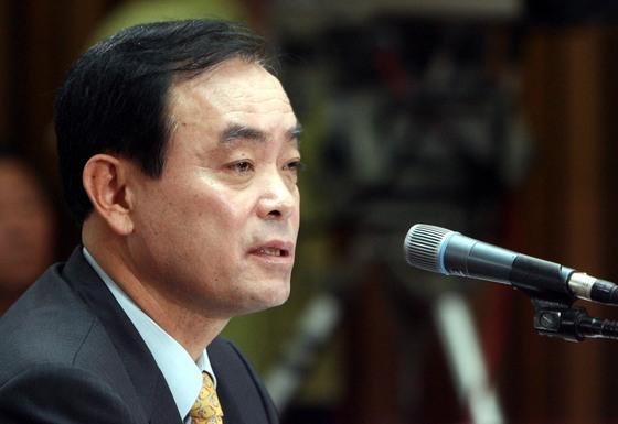 2006년 국회 인사청문회에 출석한 장병완 기획예산처 장관 후보자(현 민주평화당 의원)가 재산증식 과정에 의혹을 제기하는 의원들의 질의에 답변하고 있다. [중앙포토]