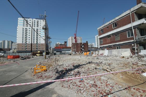 지난달 중순 옐로하우스 철거 현장에서 석면 조각들이 발견돼 철거작업이 일시중단됐다. 최승식 기자