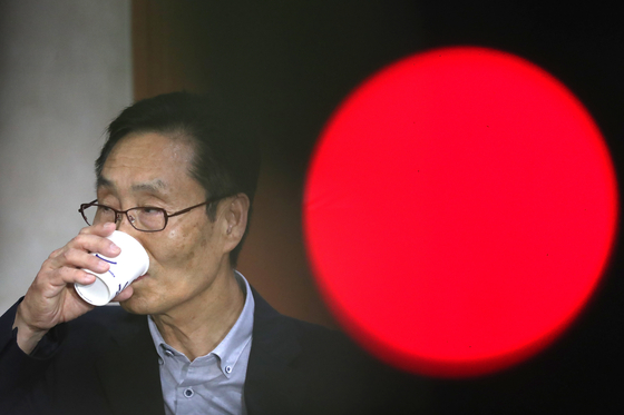 주대환 바른미래당 혁신위원장이 11일 오후 서울 여의도 국회 정론관에서 사퇴 기자회견을 마치고 물을 마시고 있다. [뉴스1]
