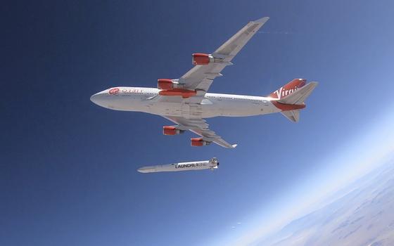 버진오빗이 개발한 '론처원' 로켓이 10일(현지시간) 미국 캘리포니아 상공에서 테스트를 하고 있다. 보잉747을 개조한 항공기는 '코즈믹 걸(COSMIC GIRL)'이란 이름으로 불린다.[AP=연합뉴스]