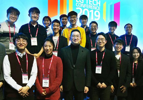 지난 2월 서울 강서구 마곡 LG사이언스파크에서 열린 'LG 테크 콘퍼런스'에서 구광모 LG 대표(앞줄 왼쪽 세번째)가 참석자들과 기념촬영을 하고 있다. [사진 LG]